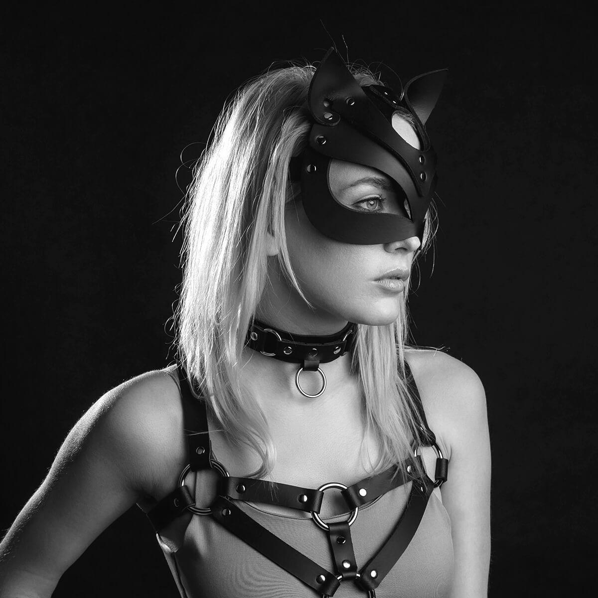 Slečna v masce kočky s obojkem a postrojem